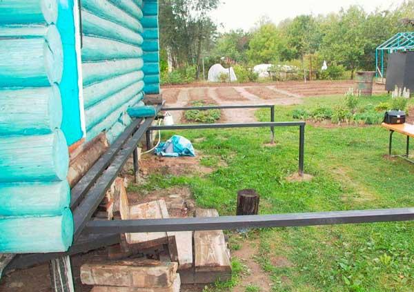 Как пристроить террасу на винтовых сваях к деревянному дому своими руками 51